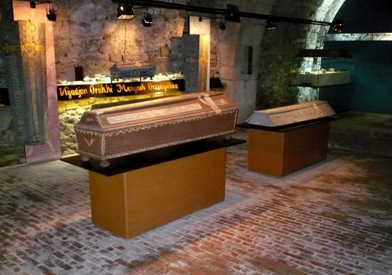 Világszerte ismertté tette Vác nevét az a leletegyüttes, amelyet 1994-ben a Domonkos-rendi szerzetesek templomának helyreállítási munkálatai során találtak meg, a templom alatti befalazott kriptában ugyanis 262 díszes, színes, festett koporsóra bukkantak, valamint egykori váci polgárok spontán mumifikálódott maradványaira. A kísérteties felfedezés egyes részei a váci Tragor Ignác Múzeum Memento Mori című állandó kiállítása keretében is megtekinthetőek. További képekért kattints ide!
