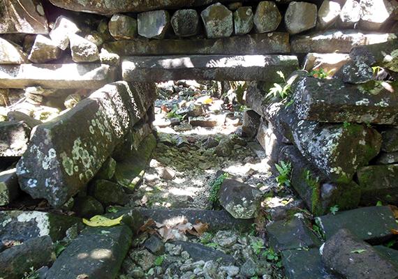 A lehetséges magyarázatok között a háborús vereség éppúgy szerepel, mint a járvány vagy a természeti katasztrófa. Ha többet szeretnél tudni Nan Madolról, kattints ide!