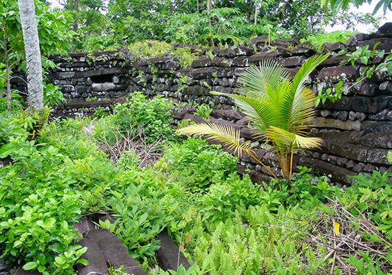 Azokat az elméleteket, melyek szerint Nan Madol egy elsüllyedt civilizáció maradványa - Lemuria és Mu neve is felmerült -, némiképp alátámaszthatja, hogy újabb és újabb részei bukkannak elő a tengerből.