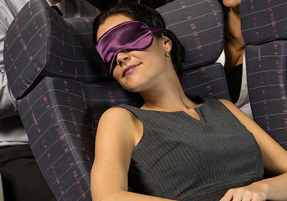 Vannak, akik a buszon és a vonaton is nagyon könnyen elalszanak, a repülőn azonban ez még inkább jellemző lehet, ugyanis a vér oxigénszintje a repülés hatására csökkenhet, ami álmossághoz, fáradtsághoz, emellett a mentális teljesítmény csökkenéséhez is vezethet. Mindemellett a vérkeringésnek a sokáig egy helyben ülés sem kedvez.
