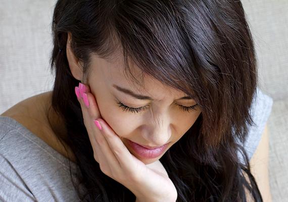 A nyomáskülönbség és -kiegyenlítődés nemcsak a fülpattogás tekintetében okozhat kellemetlenséget, de aki különösen érzékeny rá, akár fájdalmat is tapasztalhat, például fej-, arcüreg- vagy éppen fogfájást. Ha többet is tudni szeretnél a témáról, kattints a HuffingtonPost cikkére, mely írásunk elsődleges forrásaként szolgált.