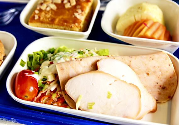 A száraz levegő és a nyomáskülönbség különös hatással lehet az ember ízérzékelésére, így korántsem biztos, hogy valaki azért érzi furcsának a repülőn felszolgált ételek ízét, mert valóban azok. Bár vannak esetek, amikor utóbbi is egyértelmű lehet, nézd meg például a következő képeket!