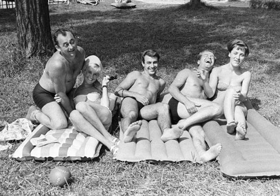 Pihenés és a legjobb barátok: van, ami nem változik. Kivéve talán a gumimatrac minősége. 1961-es felvétel.