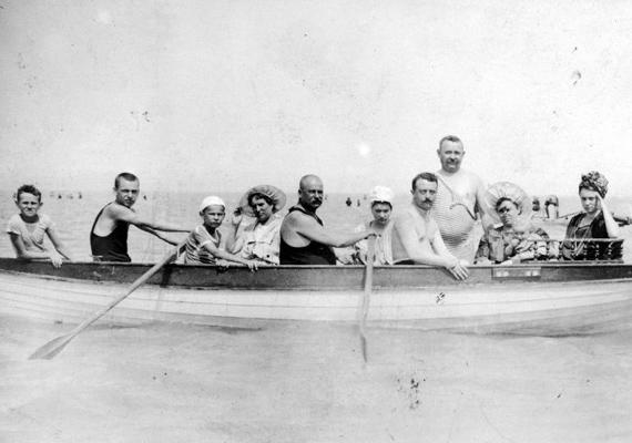 Családi vakáció 1910-ből. Érdemes megnézni a fürdőruhákat, már amennyire látszanak.