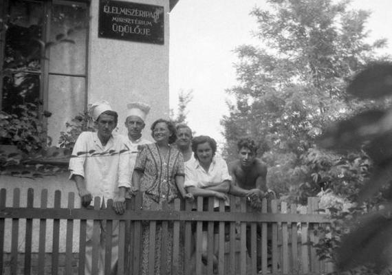 Biztos neked is van emléked szakszervezeti üdülőkről: ez itt az Élelmiszeripari Minisztériumé. 1954-ben készült a kép.