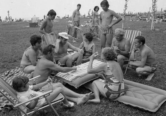 Vad kártyapartik két fürdés között, szintén 1976-ból.
