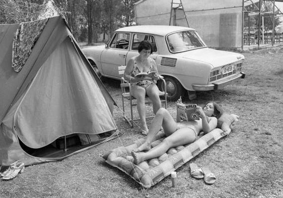Akárcsak napjainkban: egy jó könyv vagy egy magazin a vízparton is társad lehet. 1976-ban készült a kép.