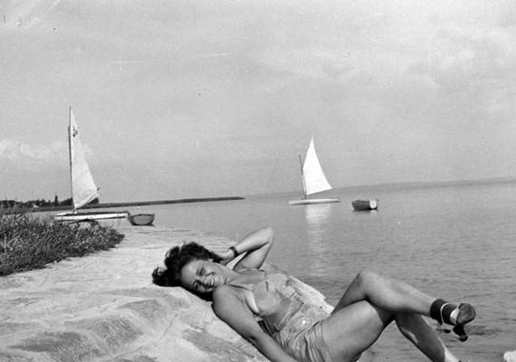 Napfürdőzés a Balaton partján, 1940-ben. Ekkor még talán kevésbé volt veszélyes a napsugárzás.