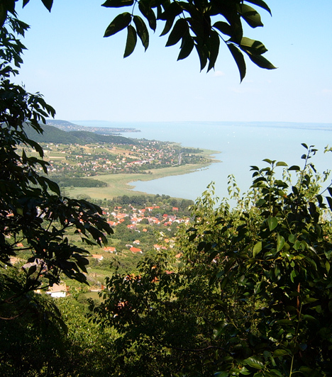 Badacsony  Ritka természeti csodák, finom borok, balatoni hangulat - egész évben. Ha ki akartok szakadni a mindennapokból, Badacsony tökéletes úti cél, ha pedig az itt található Rózsakövet is felkeresitek, egy éven belül az esküvői harangok is megszólalnak.  Kapcsolódó cikk: 3 szerelmet hozó hely a Balatonnál »