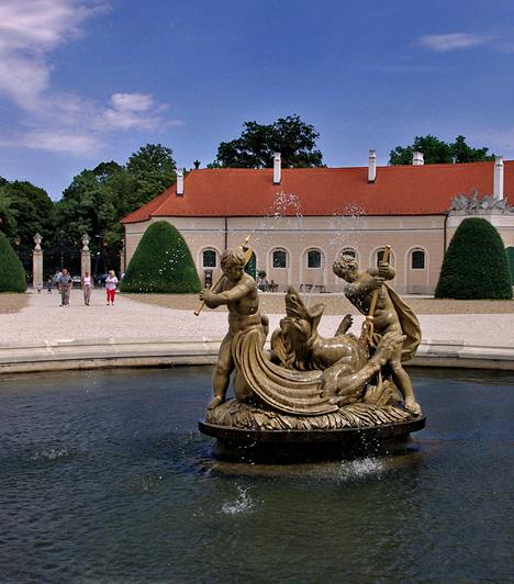 Fertőd  Nem véletlenül nevezik Fertődöt a magyar Versailles-nak. Hatalmas palotaegyüttese tökéletes úti cél, ha régimódi romantikára vágytok. A termek bejárásával, illetve a parkban való barangolással - érintve a Muzsikaházat, a Marionett-színházat, a kínai házat, a Bagatellt, valamint a Vénusz-templomot - akár egy egész délutánt eltölthettek.