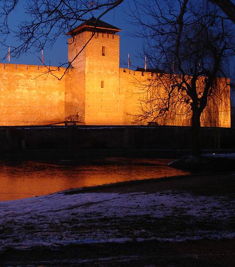 Gyula  Az ország délkeleti szegletében megbújó város különleges, nosztalgiával és régi vágású romantikával fűszerezett hangulata bárkit pillanatok alatt levesz a lábáról. A műemlékek és múzeumok között órákon át sétálgathattok, emellett lazíthattok a várfürdőben, a napot pedig méltóképpen lezárhatjátok a híres Százéves Cukrászdában.