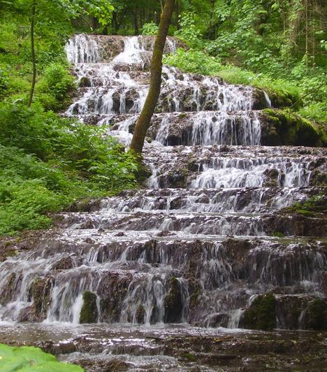Szalajka-völgy  Ha igazi vadregényes barangolásra vágytok, és hazánk egyik legszebb vidékében akartok gyönyörködni, ezt a forrásokkal, patakokkal, barlangokkal tűzdelt völgyet semmiképpen ne hagyjátok ki. Itt található mindemellett az ország ritka természeti csodája, a Fátyol-vízesés is.