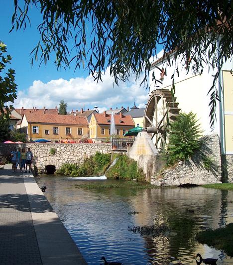 Tapolca  A mediterrán hangulatú kisváros apró utcáiban is érdemes hosszasan andalogni, az igazi látnivalót azonban a romantikus Malom-tó és környéke jelenti. Ha különleges élményre vágytok, a Tavasbarlangban is tehettek egy csónaktúrát.
