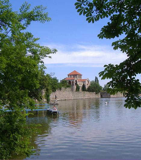 TataA vizek városának nevezett Tatát, mely a vadludakról, a vízimalmokról és műemlékeiről is híres, joggal tartják az egyik legromantikusabb magyar úti célnak. A híres vár, a kastély és az angolkert is gondoskodik a különleges hangulatról.Kapcsolódó cikk:Így néz ki az ország legromantikusabb városa »
