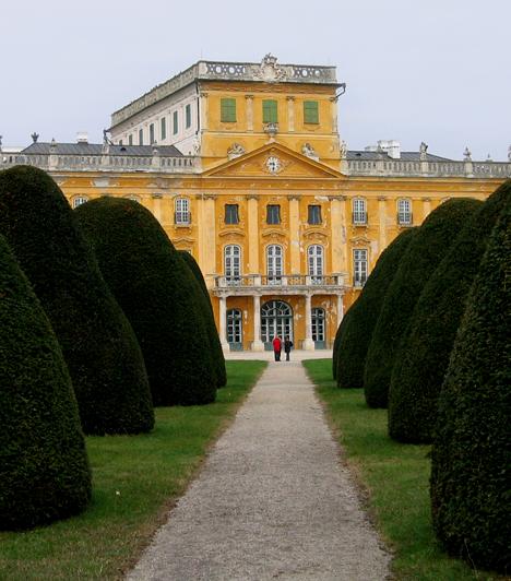 Fertődi Esterházy-kastélyA magyar Versailles-ként is emlegetett fertődi kastély az ország legnagyobb barokk-rokokó kastélya. Az épület homlokzata száz méter, emellett több mint 120 szobát tudhat magáénak. Ezek mindegyike rokokó díszítéssel rendelkezik.