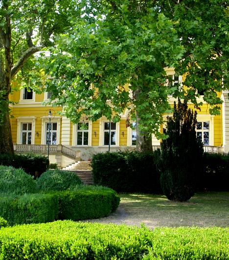 Füzérradványi Károlyi-kastélyA füzérradványi kastély kívülről a romantika jegyeit vonultatja fel, termei tekintetében azonban a reneszánsz és a kora barokk stílusa érvényesül. A kastély parkja szintén megéri a látogatást, hazánk egyik legkülönlegesebb hangulatú kertjét jelenti.