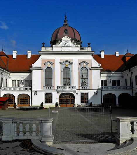 Grassalkovich-kastélyA gödöllői kastély az ország egyik legnagyobb barokk kastélya, mely többek között arról híres, hogy Ferenc József és Erszébet királyné koronázási ajándéka volt, akik gyakran jártak itt.