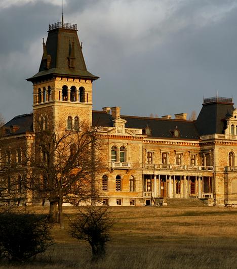 Kégl-kastély, Székesfehérvár                         A Csalapusztán álló Kégl-kastély Fejér megye leglátványosabb kastélya. A neoreneszánsz csodát a 19. században építették fel. Mára állapota jelentősen leromlott, felújításra szorul, azonban talán épp ez adja romantikus voltát.                         Kapcsolódó cikk:                         10 romépület itthon, amit éjszaka ne nézz meg »