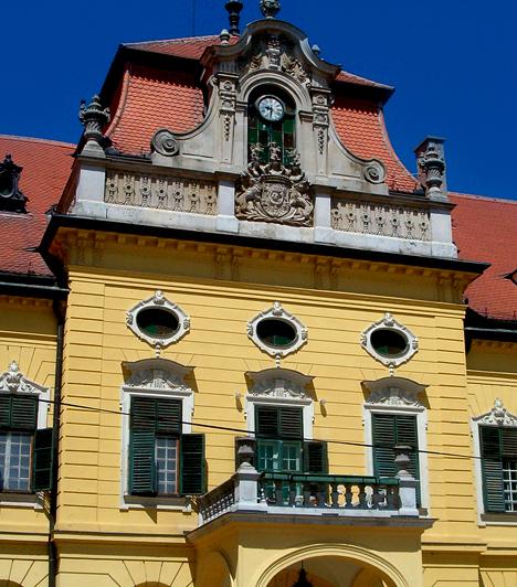 Nagymágocsi Károlyi-kastélyA 41 hektáros parkkal körülölelt kastély eklektikus neobarokk stílusban épült. Egykor az ország egyik leginkább reprezentatív 19. századi főúri otthona volt.