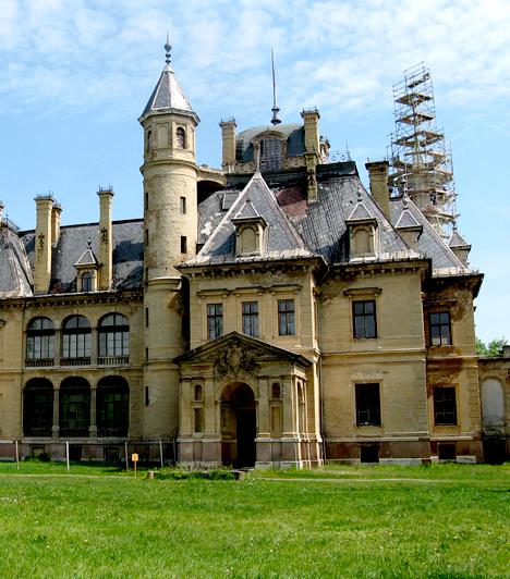 Schossberger-kastély                         A turai Schossberges-kastély az ország egyik legromantikusabb épülete, nem véletlen, hogy számos külföldi film forgatási helyszínéül szolgált. A franciás neoreneszánsz kastélyhoz mindemellett hatalmas park is tartozik.                         Kapcsolódó cikk:                         Ez a magyar kastély Angelina Jolie kedvence »