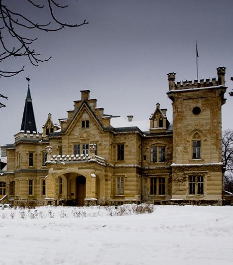 Nádasdy-kastély, Nádasdladány                         A nádasdladányi kastély a 16. század skót kastélyainak mintájára épült a historizmus jegyében. Az épület kialakítása a család ősi eredetét hivatott reprezentálni, azonban technikailag korában igazi kuriózumnak számított, csatornázással, légfűtéssel, gáz-, majd villanyvilágítással is rendelkezett.