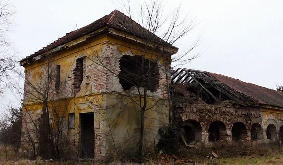 A 18. század második felében épült velencei Meszlény-kastély 1945-ig volt a Meszlény családé, majd három évvel később állami tulajdonba került, és innentől kezdve 20 évig gyógypedagógiai intézetként üzemelt. A '60-as évek végén a Vörösmarty Termelőszövetkezethez került - ekkor kezdődött a pusztulása -, a rendszerváltást követően pedig gyakorlatilag mindent elvittek az épületből.