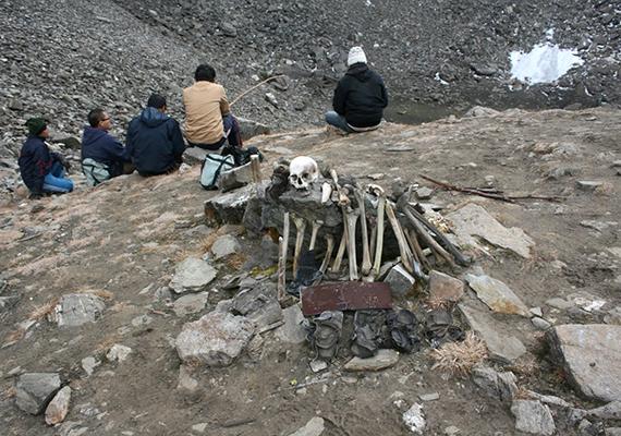 Eszerint a maradványok két csoportra oszthatók, az egyikbe rokonsági kapcsolatot mutató emberek tartoznak - a fellelt tárgyaik alapján vélhetően zarándokok -, a másikba pedig teherhordóik, kísérőik.