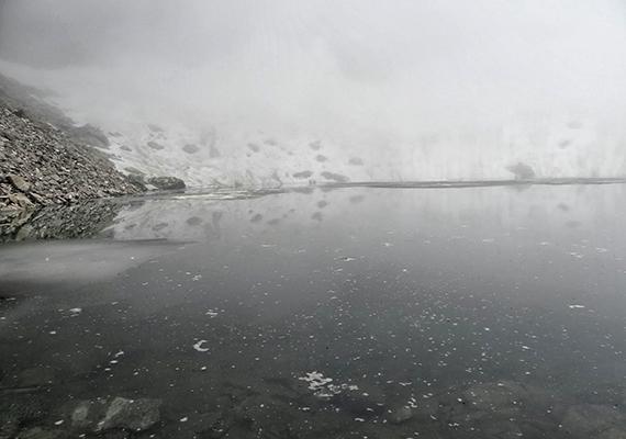 Számos összeesküvés-elmélet született a tömeges halálesettel kapcsolatban, felmerült például a lavina, illetve a rituális öngyilkosság gondolata is, egy 2004-es expedíciónak azonban sikerült hitelesnek tűnő magyarázatot adnia.