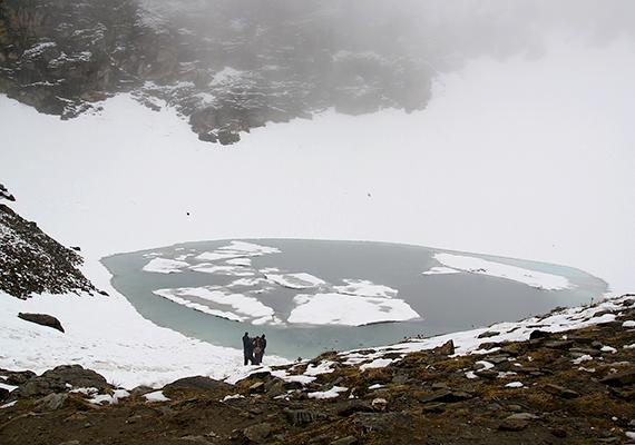 A tó az 1940-es évek elején vált igazán híressé, illetve hírhedtté, amikor is emberi csontvázak százait fedezték fel partjain, illetve jeges vizében.