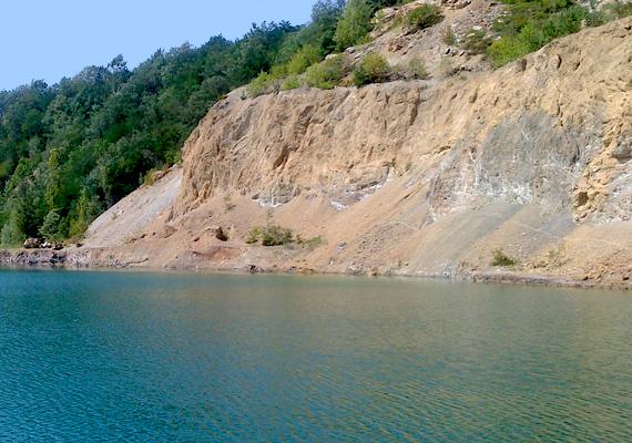 A tóban fürdeni szigorúan tilos, azonban számos kiránduló látogatja meg a festői környezet miatt, annak ellenére is, hogy a meredek sziklafalak és a mélység félelmetes látványt jelent, nem véletlen, hogy a tavat gyakran illetik a legfélelmetesebb jelzővel.