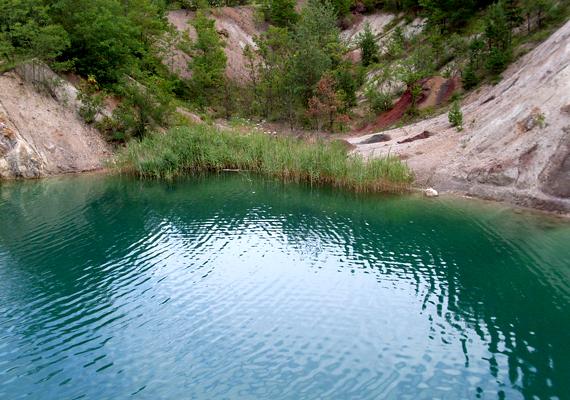 A tóhoz magánút vezet, azonban autóval is végig lehet menni rajta, amennyiben a bányászattörténeti múzeumtól engedélyt kérsz.