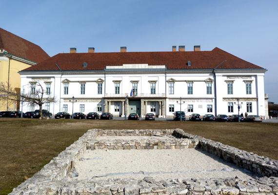 Első miniszterelnöki lakója gróf Andrássy Gyula volt, akit egészen 1945-ig követtek az utódok. 1941-ben itt vetett véget életének Teleki Pál.
