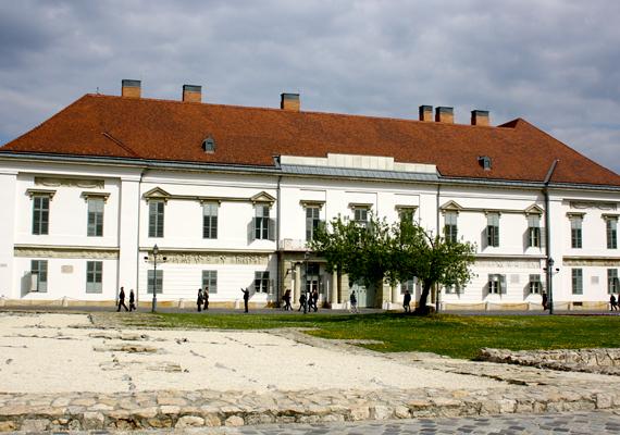 Az épület eredetileg a Sándor család tulajdonában állt, az 1806-ra felépült és átadott palota Sándor Vince gróf megrendelésére készült el.