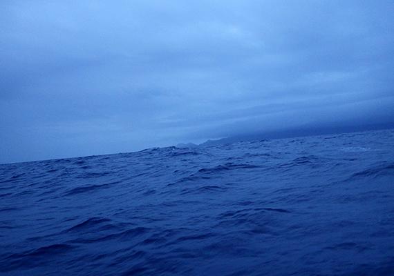 A Sargasso-tengerhez kapcsolódó rémtörténeteknek nem kis közük van ahhoz, hogy szomszédságában található a hírhedt Bermuda-háromszög, sőt, délnyugati részén bele is nyúlik abba.