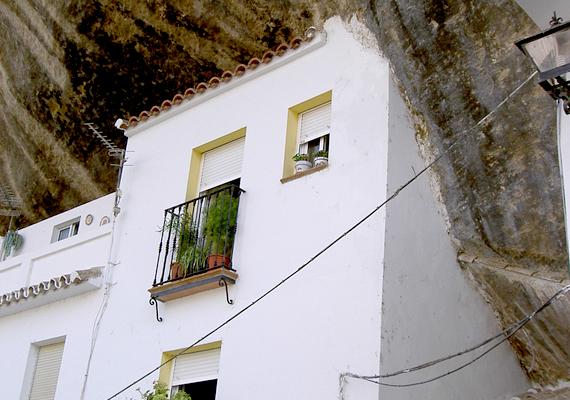 Az eredetileg a 12. századhoz, illetve a mórokhoz köthető, sziklába vájt, föld alatti házak védelmi funkciót is szolgáltak, ugyanakkor más előnyük is van: a helyieknek csak ritkán kell szenvedniük a nyári forróságtól.