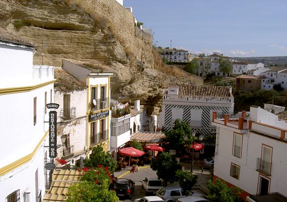 A települést alig több mint háromezren lakják, annál több azonban a vendég, a helyiek közül is sokan élnek az idegenforgalomból.