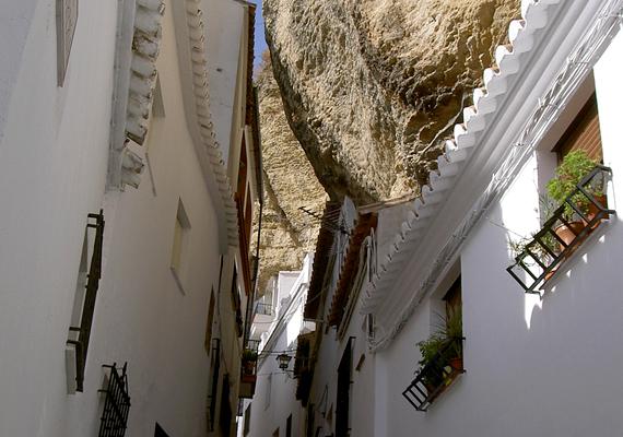Bár a település nem minden része található a föld alatt, különös és egyedi fekvése miatt rendszeresen szerepel a világ leghíresebb föld alatti városait felsorakoztató gyűjteményekben, listákban.