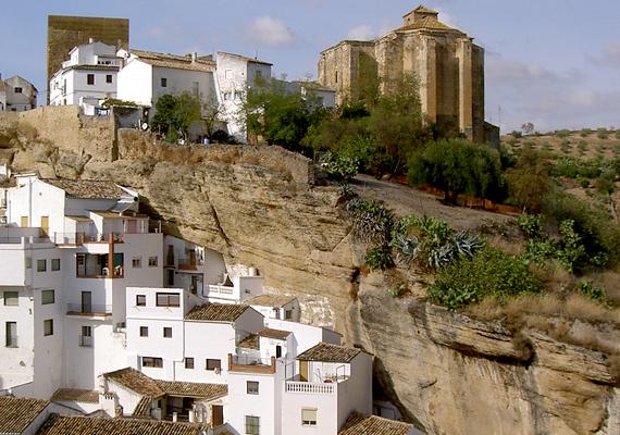 Mindemellett történelmi jellege is sok turistát vonz a városba.