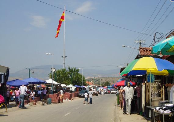 Shutka piaca messze földön híres, a turistákat is vonzzák a régiségekben bővelkedő zsibvásárok. Shutkát elsősorban olyan utazók keresik fel, akik az autentikus roma hagyományokat szeretnék jobban megismerni.