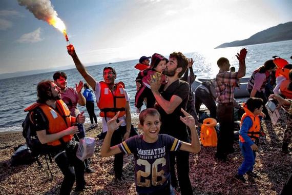A dán Jacob Ehrbahn fotója nyerte el a Történet kategória első helyezését. A riporter felvétele azon pillanatba enged betekintést, amikor a szír és afgán menekültek egy csoportja a görög Leszbosz szigetére épségben megérkezik.