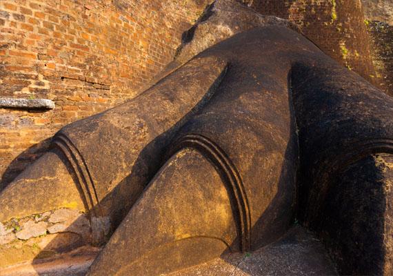 Az erődítmény felső szintjén egy kőből faragott, hatalmas oroszlánszáj jelentette a bejáratot, de ez ma már nem, csupán az alsó bejáratnál fekvő oroszlántappancsok láthatók.