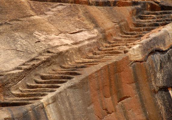 A Sigiriyához 1200 lépcsős úton lehet felmenni. A lépcső mellett bizonyos távonként kis pihenőrészeket építettek ki.