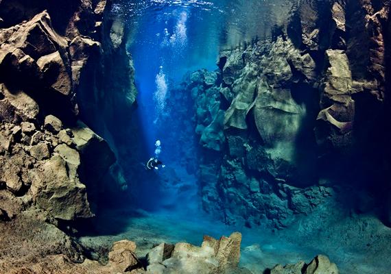 Víz alatti szakadék: a búvárok leereszkedhetnek a repedés mentén.