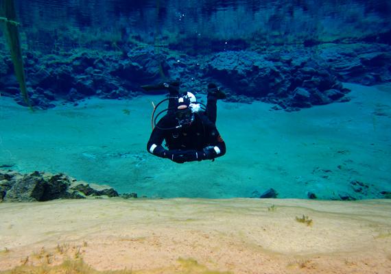 A víz rendkívül tiszta, minden jól látható, amit a mélység rejt.