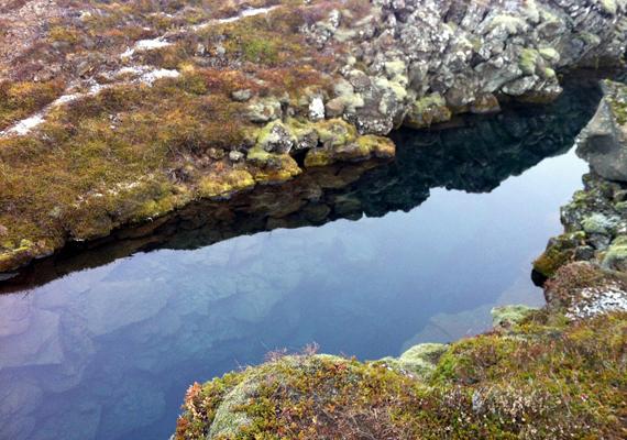 A Þingvallavatn-tó partjáról búvárfelszerelésben indulhatnak útnak a turisták.