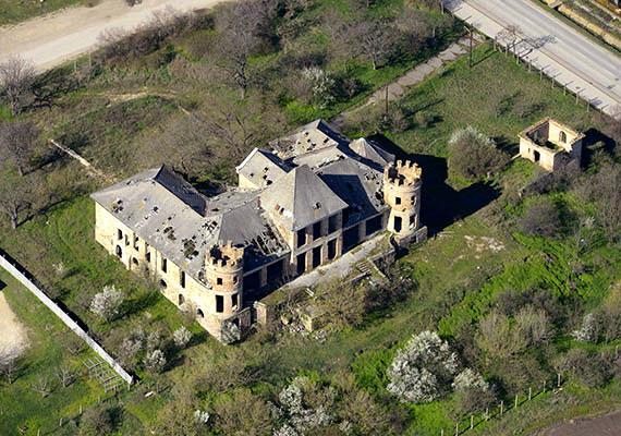 A kastély az 1900-as évek elején épült, romantikus stílusban. 1945 után termelőszövetkezeti tulajdonná vált, és ekkor került sor parkjának felszámolására is.