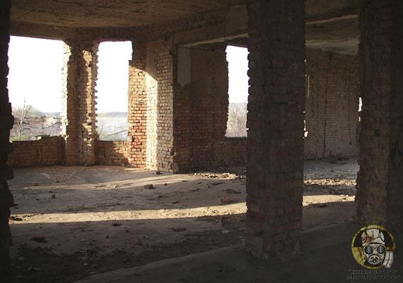 Egykor olyan családok is beköltöztek a kastélyba, akik teljesen lelakták, sőt, még a padlóját is eltüzelték. Bizonyos források szerint erőszakkal költöztették ki őket.