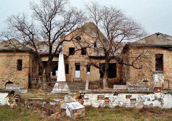 A második világháborút követően egy szovjet temető létesítésére is sor került az udvarban. Az itt álló obeliszket, azaz kőoszlopot 2010-ben távolították el. A halottakat exhumálták, a temetőre pedig felszámolás várt.