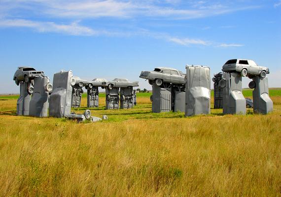 A nebraskai Carhenge a Stonehenge érdekes újragondolása.
