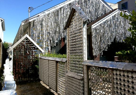 A houstoni sörösdoboz ház nem kizárólag sörösdobozokból készült: üdítősdobozok is alkotóelemet szolgáltattak.